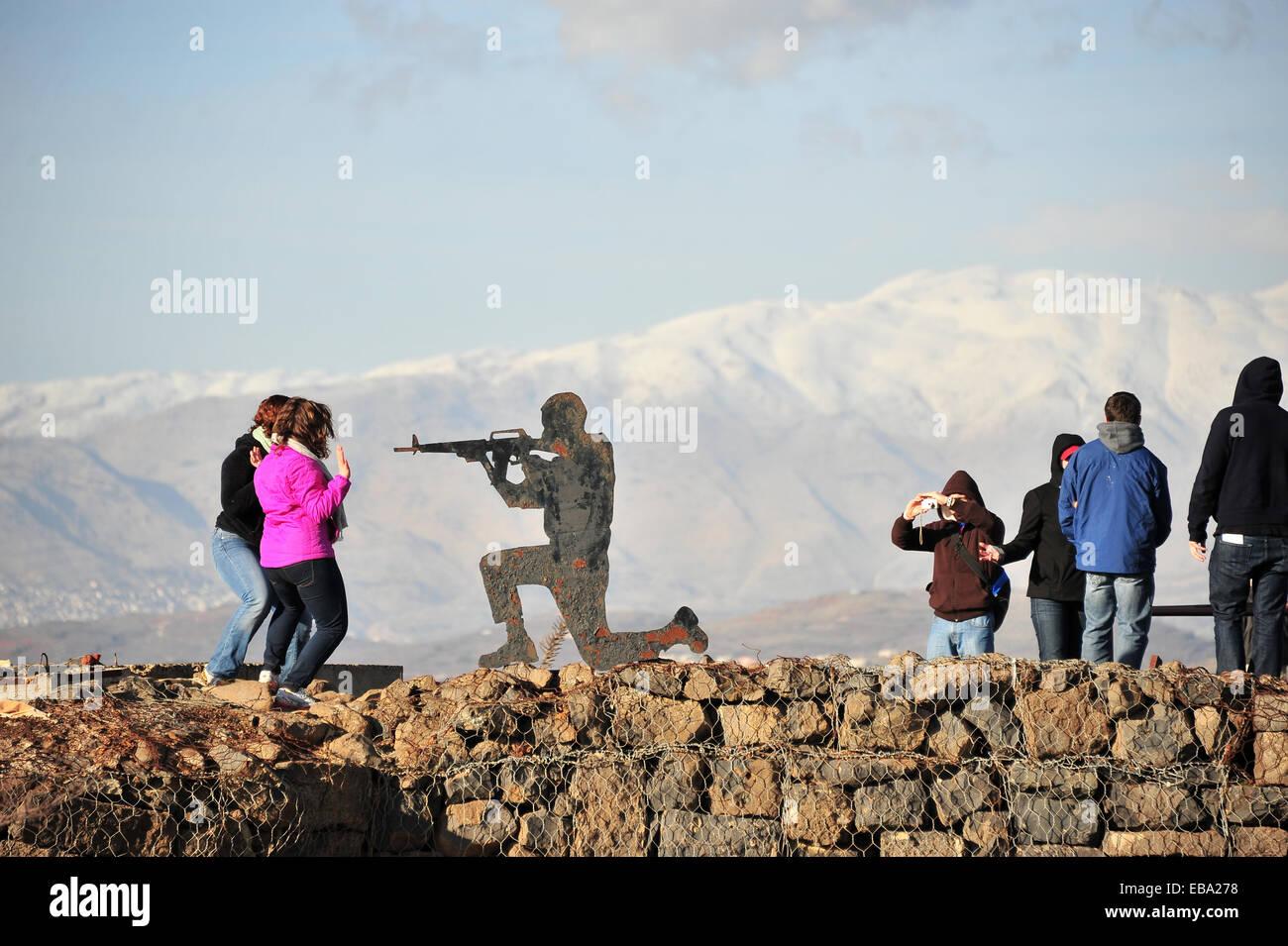 La figura di un soldato e persone sulle alture del Golan con vista del monte Bental, Golan, Israele Immagini Stock