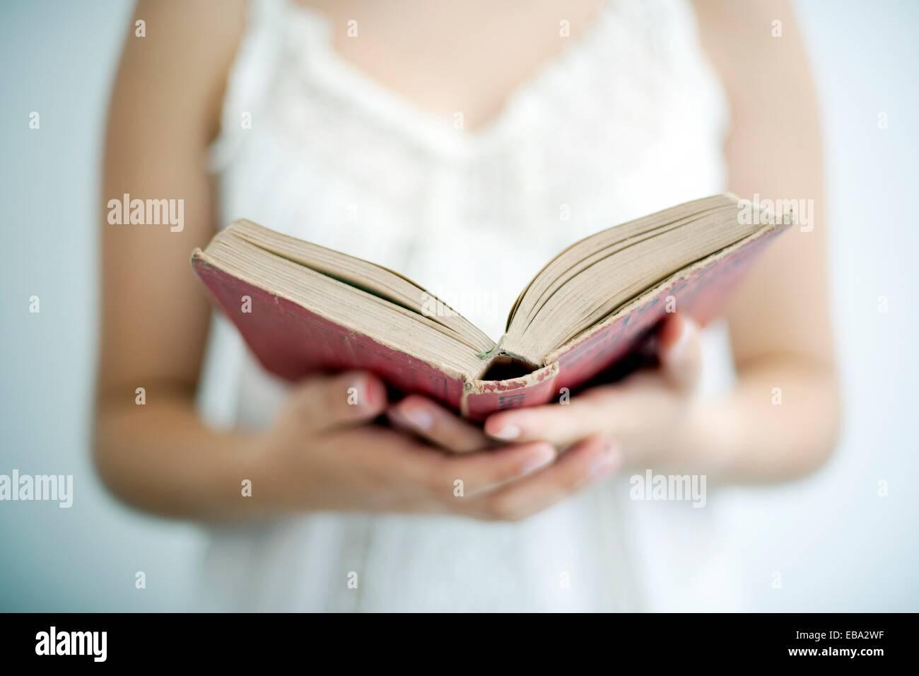 Retrato de joven leyendo onu libro Ritratto di giovane ragazza la lettura di un libro, Immagini Stock