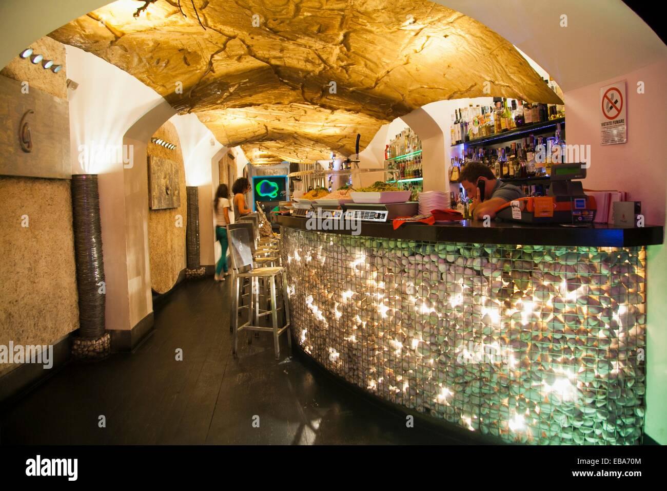 Il fluido Cocktail & wine bar, Via del Governo Vecchio, Roma, lazio, Italy. Immagini Stock