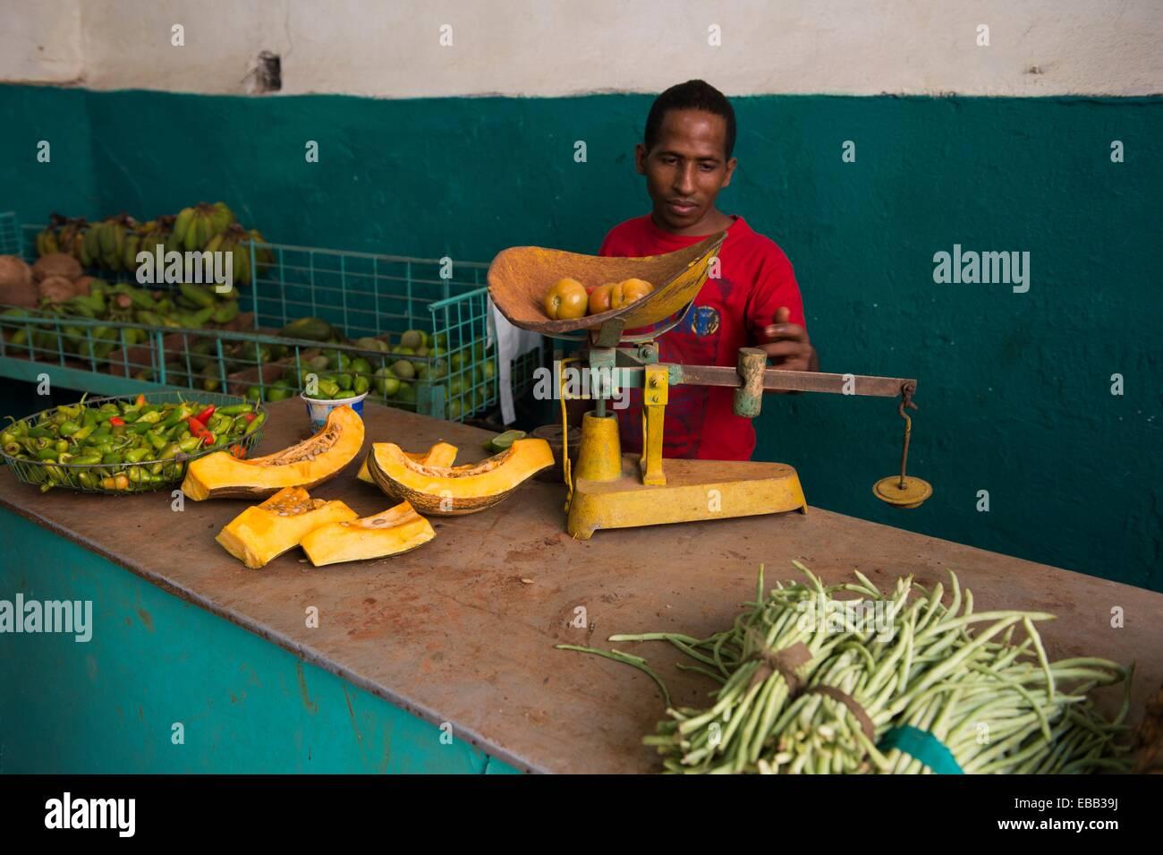 La frutta e la verdura venditore nel suo negozio. L'Avana, Cuba. Immagini Stock