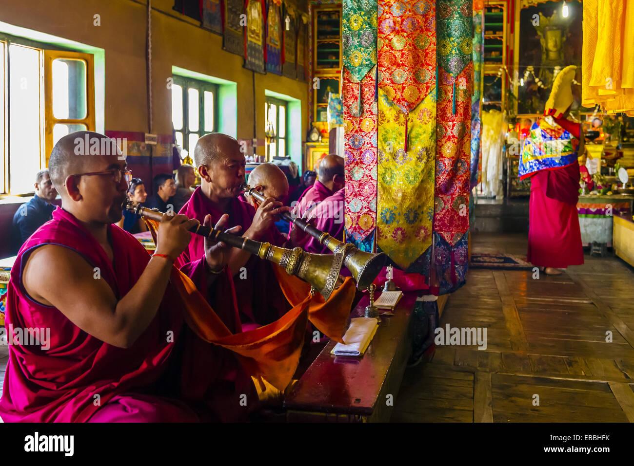 I monaci buddisti del cappello giallo setta colpo corna presso il monastero di Diskit Valle di Nubra Ladakh dello Foto Stock