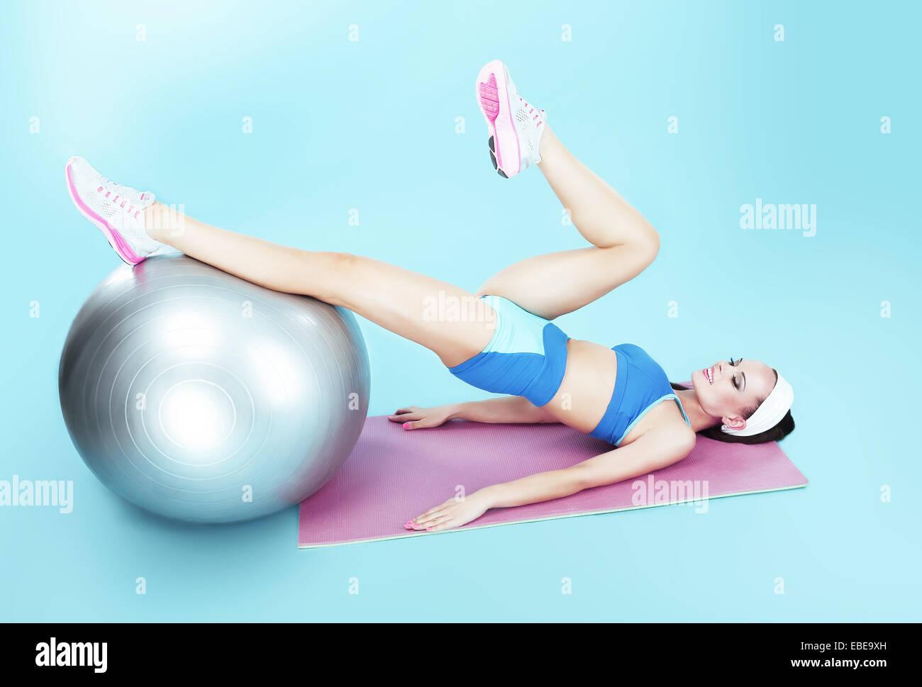 Allenamento. Donna attivo esercizio con palla Fitness Immagini Stock