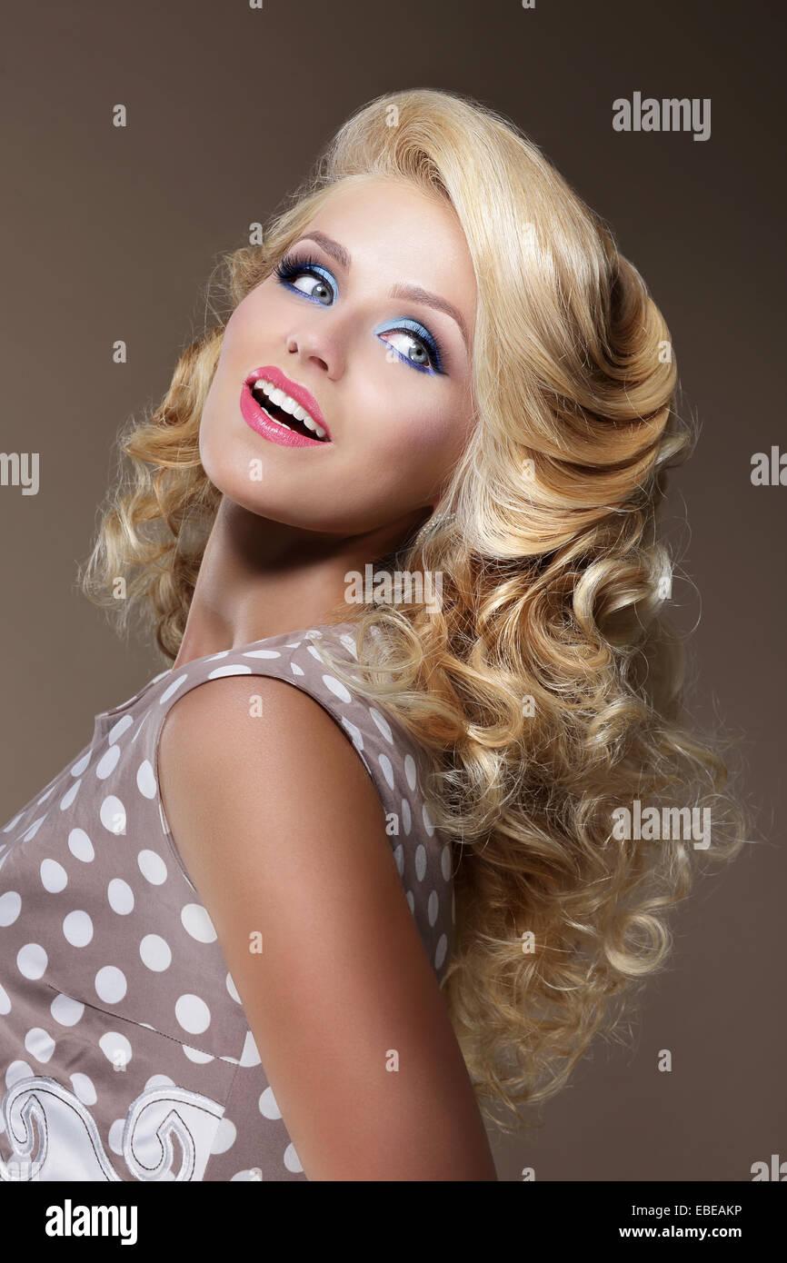 Felice donna con capelli crespi capelli biondi cercando Immagini Stock