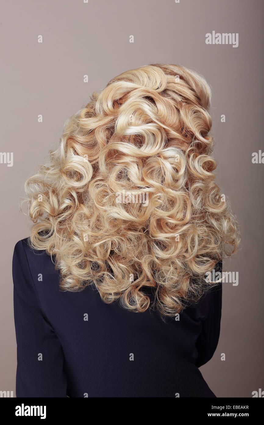 Vista posteriore di donna con capelli crespi Ashen peli. Festosa pettinatura intrecciato Foto Stock