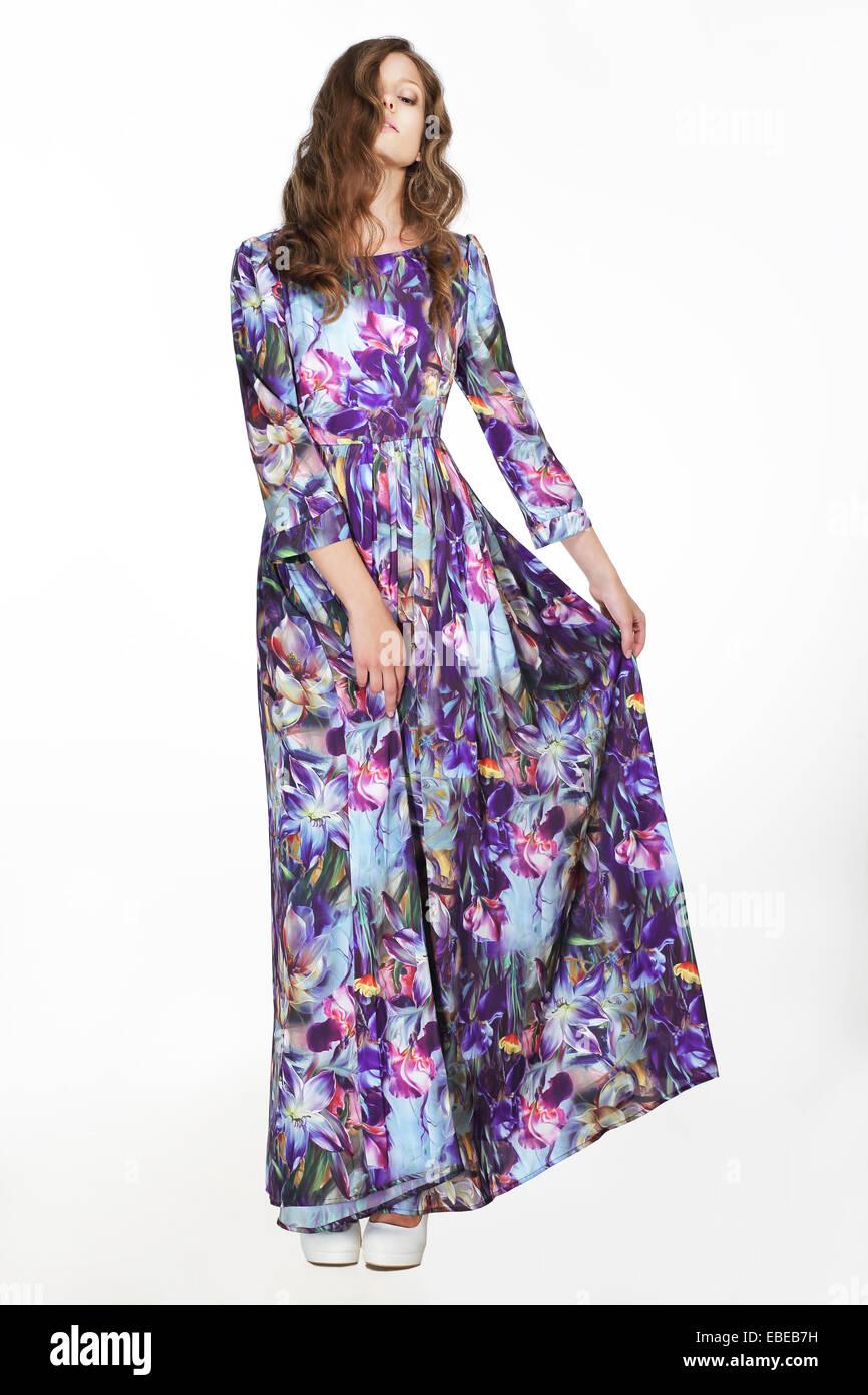 Minimalismo. Semplicità. Donna in luce colorata Sundress su sfondo bianco Immagini Stock