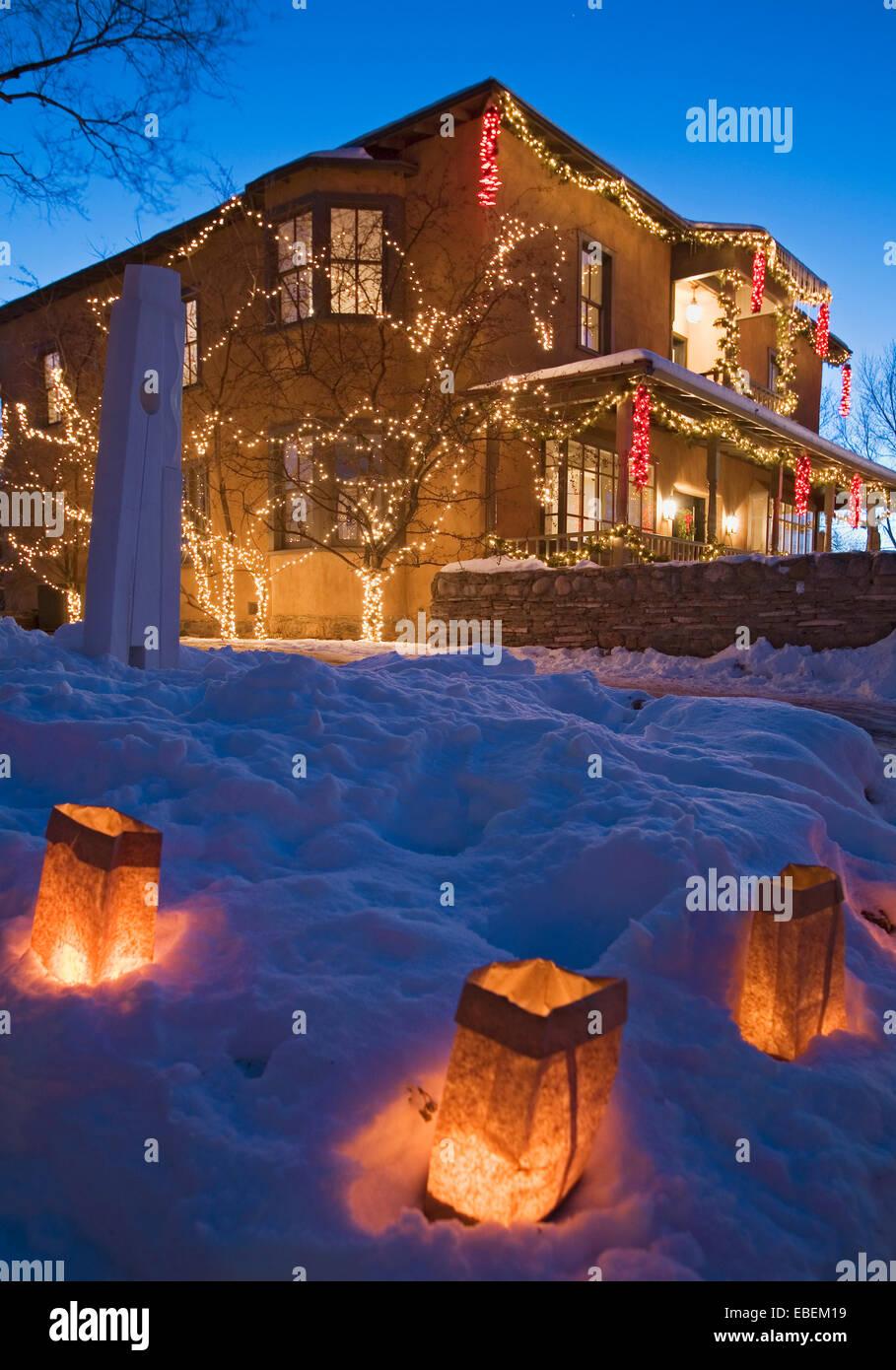 """Farolitos e Chiaroscuro Gallery con le luci di Natale, Canyon Road """"Farolito a piedi"""" (Vigilia di Natale), Immagini Stock"""