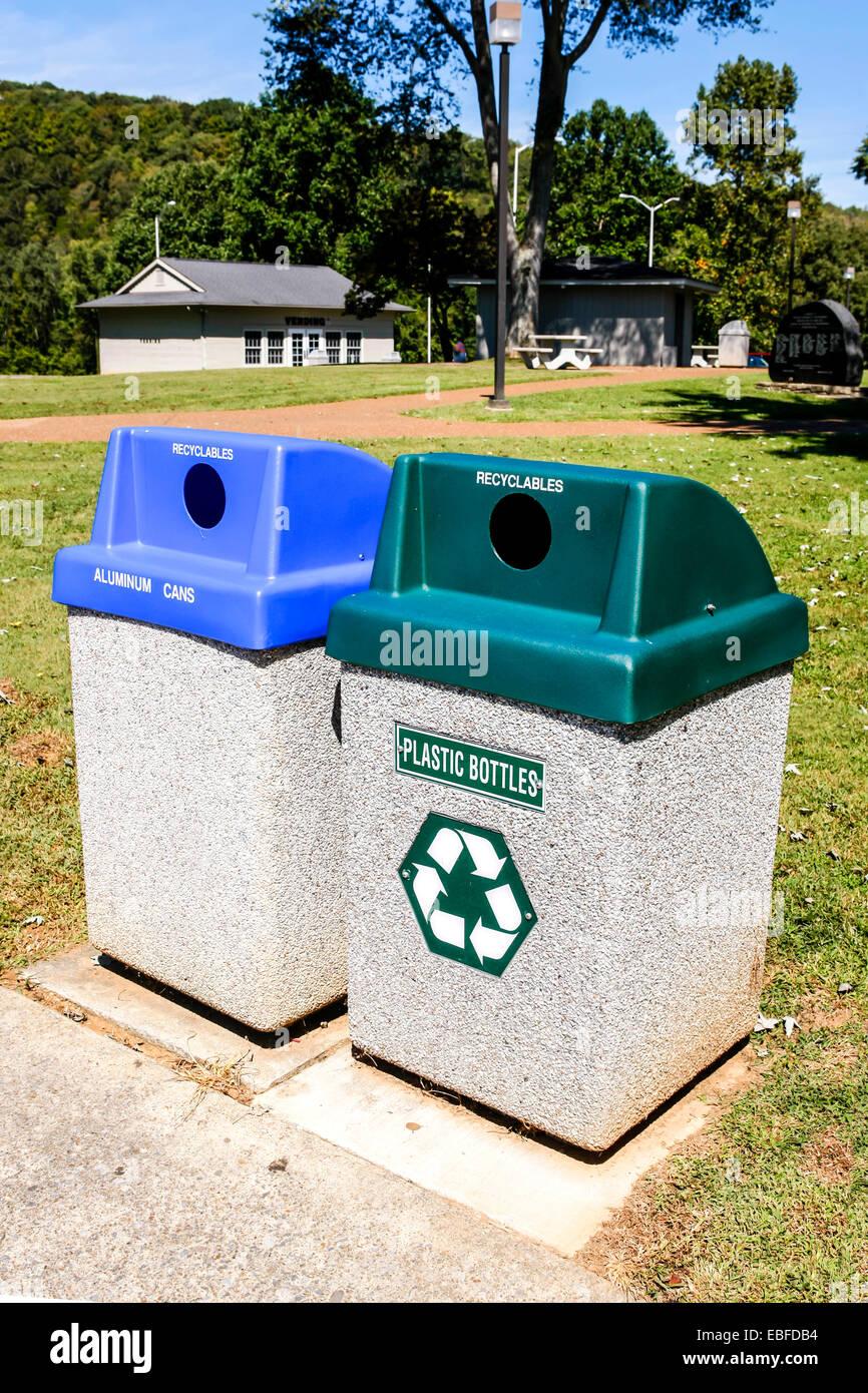 Gli scomparti di riciclaggio per la plastica e vetro Immagini Stock