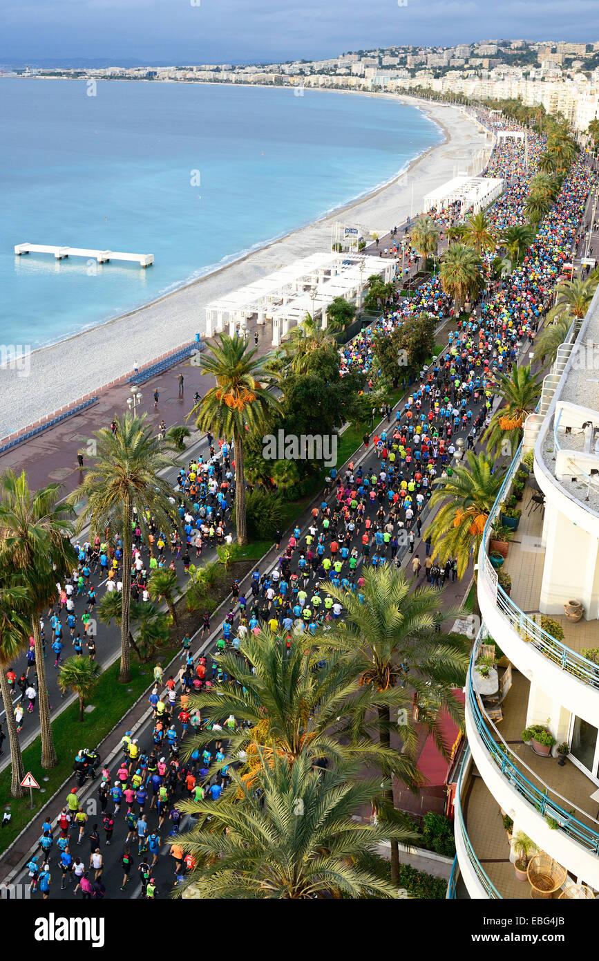 Inizio del 2014 maratona di Nizza. Vista da Le Méridien Hotel del tetto. 'Promenade des Anglais', Nizza Immagini Stock