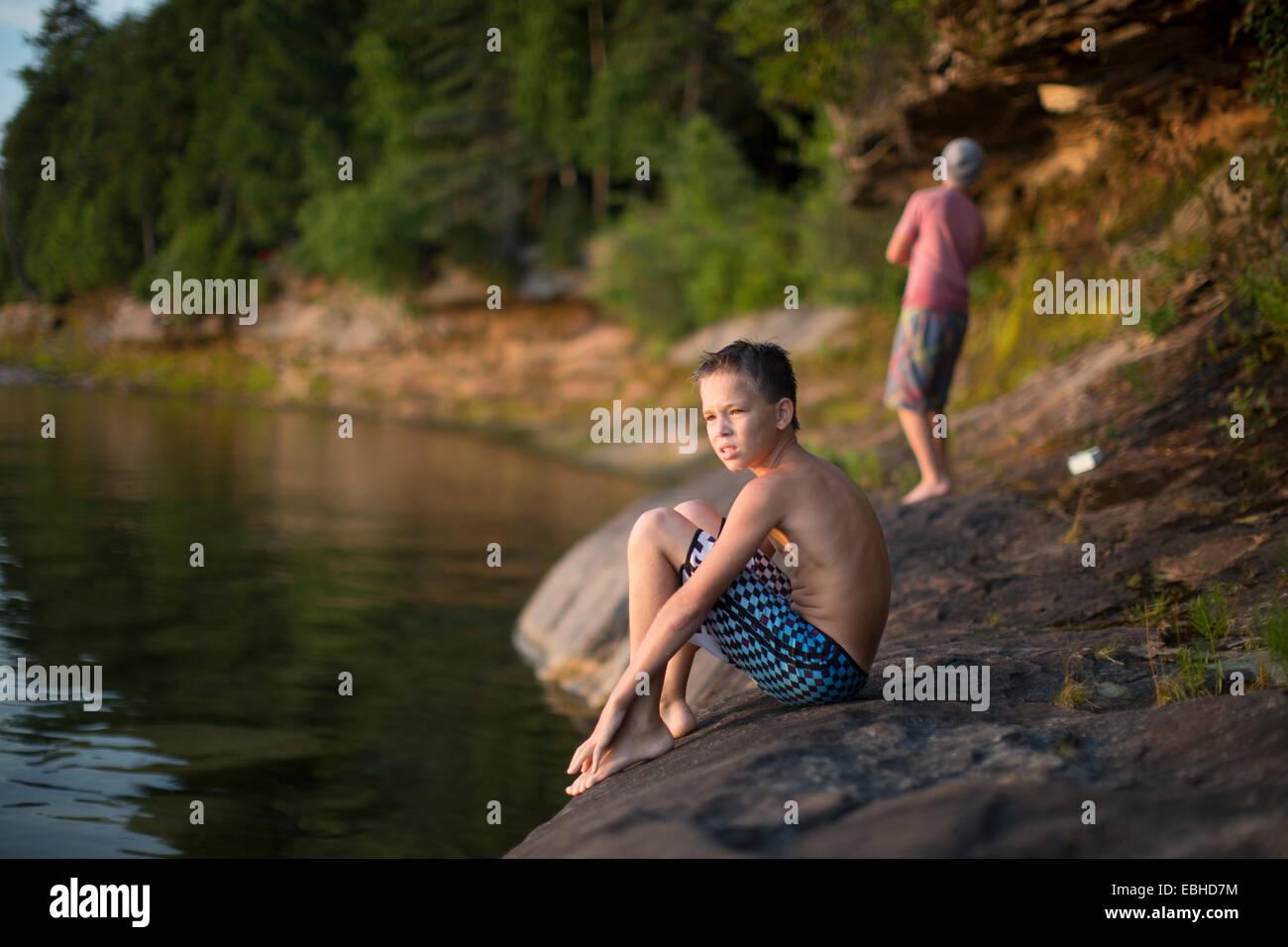 Due ragazzi adolescenti sul lago, lago Superior, Au treno, Michigan, Stati Uniti d'America Immagini Stock