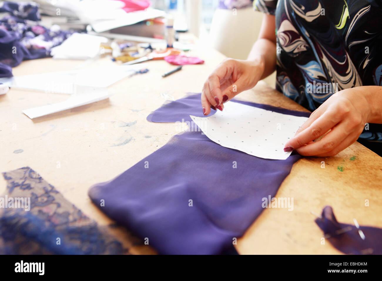 Designer al lavoro in studio Immagini Stock
