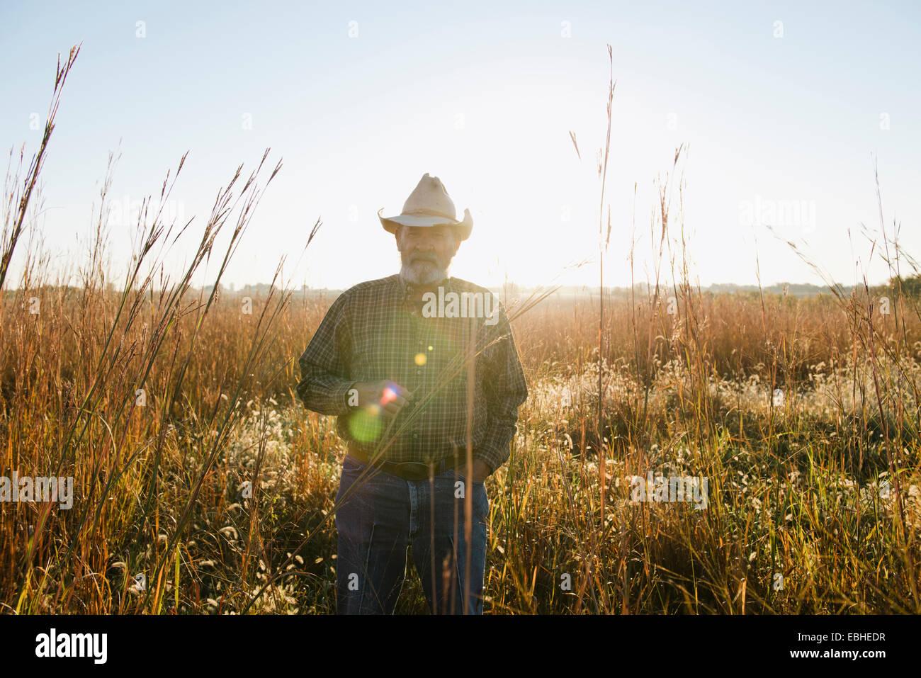 Ritratto di senior agricoltore maschio nel campo remoto, Plattsburg, Missouri, Stati Uniti d'America Immagini Stock