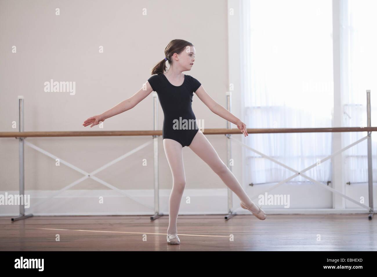 Giovane ballerina praticando ballet danza nella scuola di danza Immagini Stock