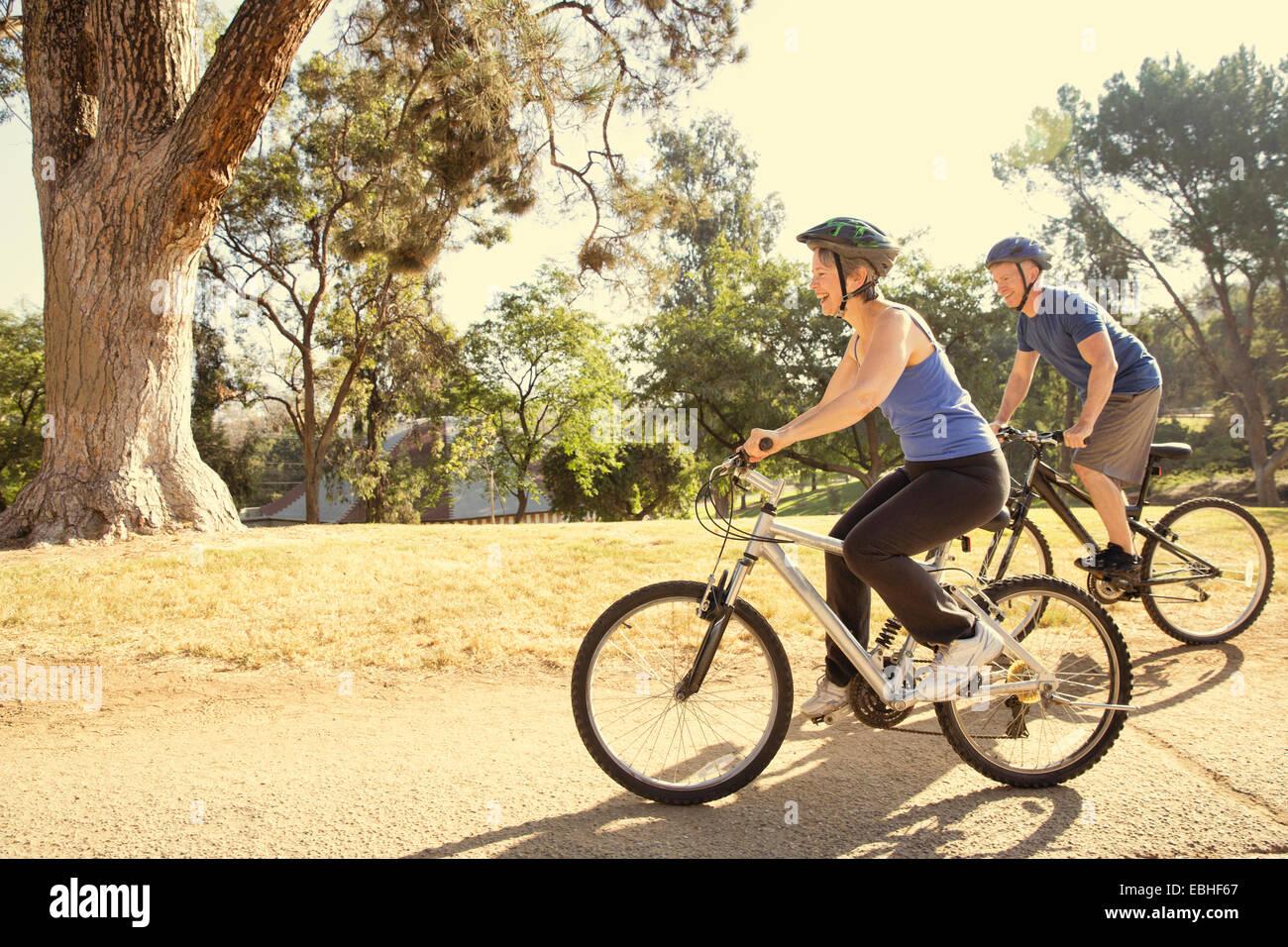 Coppia matura in bicicletta nel parco Foto Stock