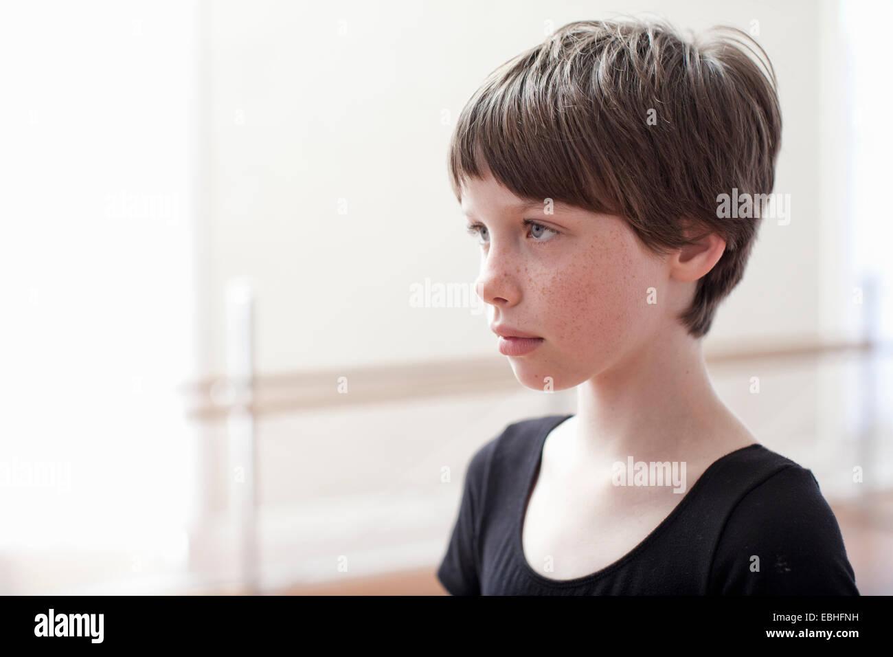 Ritratto di sullen girl nella scuola di danza Immagini Stock