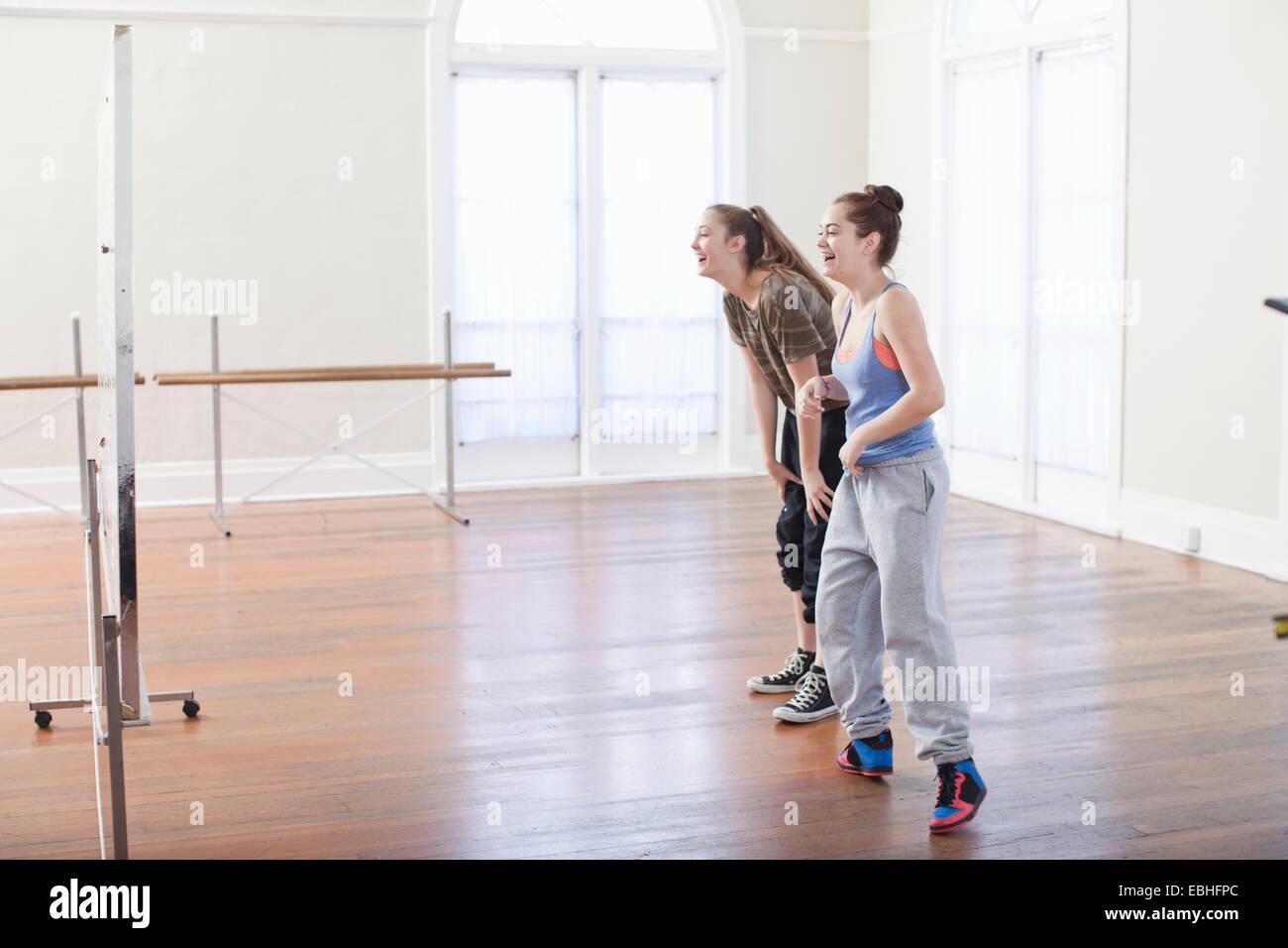 Due ragazze adolescenti facendo warm up danza nella scuola di danza Immagini Stock