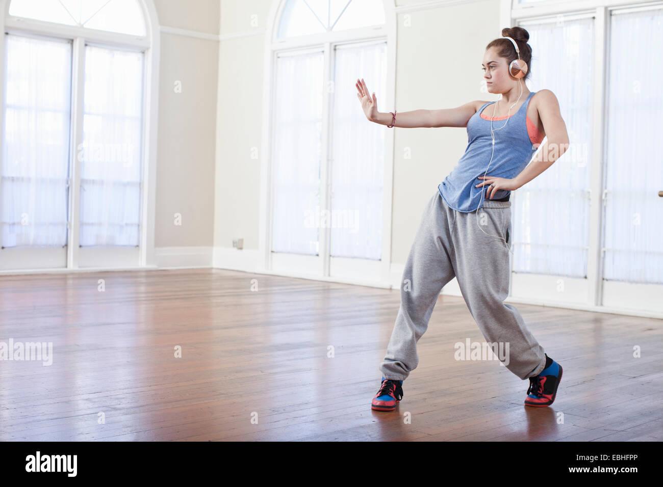 Ragazza adolescente in fase di riscaldamento con alternative dance nella scuola di danza Immagini Stock