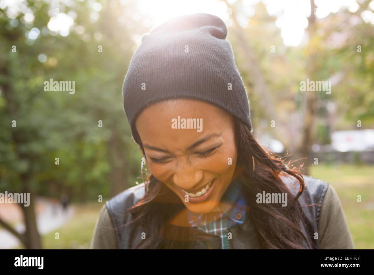 Giovane donna di ridere in posizione di parcheggio Immagini Stock
