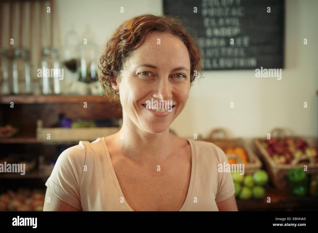 Ritratto di donna shop assistant in paese store Immagini Stock