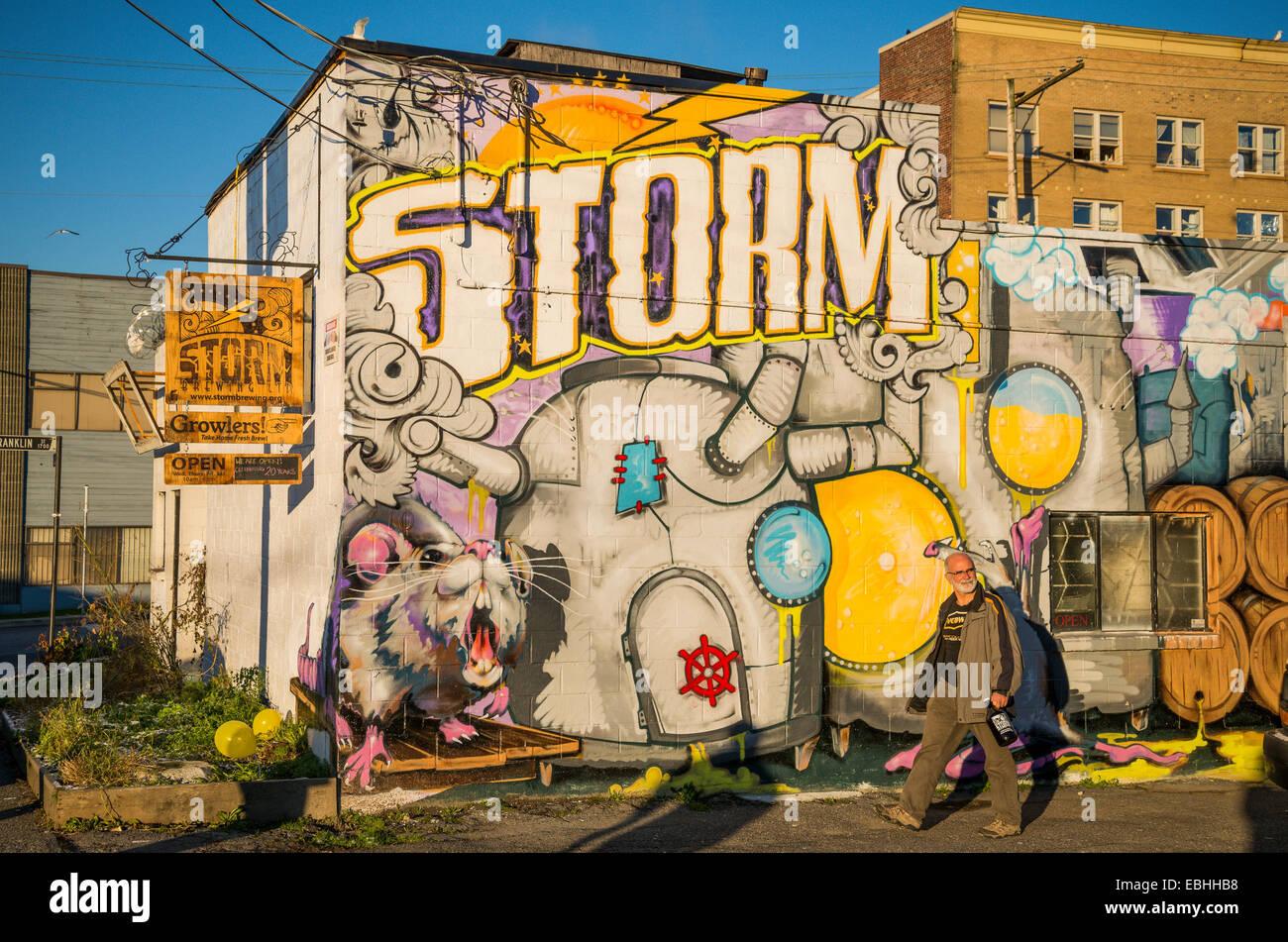 Uomo con growler di birra esce, Storm Brewing Company, Unità commerciale, Vancouver, British Columbia, Canada Immagini Stock