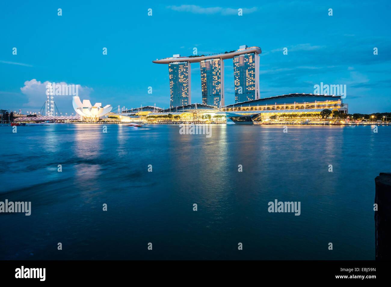 Architettura moderna dalla baia di Singapore Immagini Stock