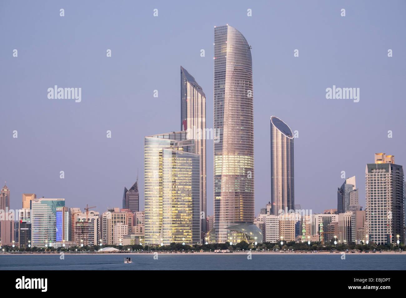 Skyline di moderni edifici lungo il lungomare Corniche di Abu Dhabi Emirati Arabi Uniti Immagini Stock