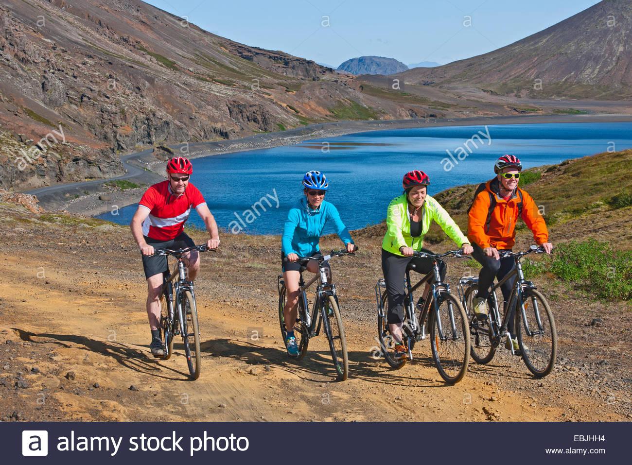 I ciclisti ciclismo su pista, Kleifarvatn in background, Reykjanes, nel sud-ovest dell'Islanda Immagini Stock
