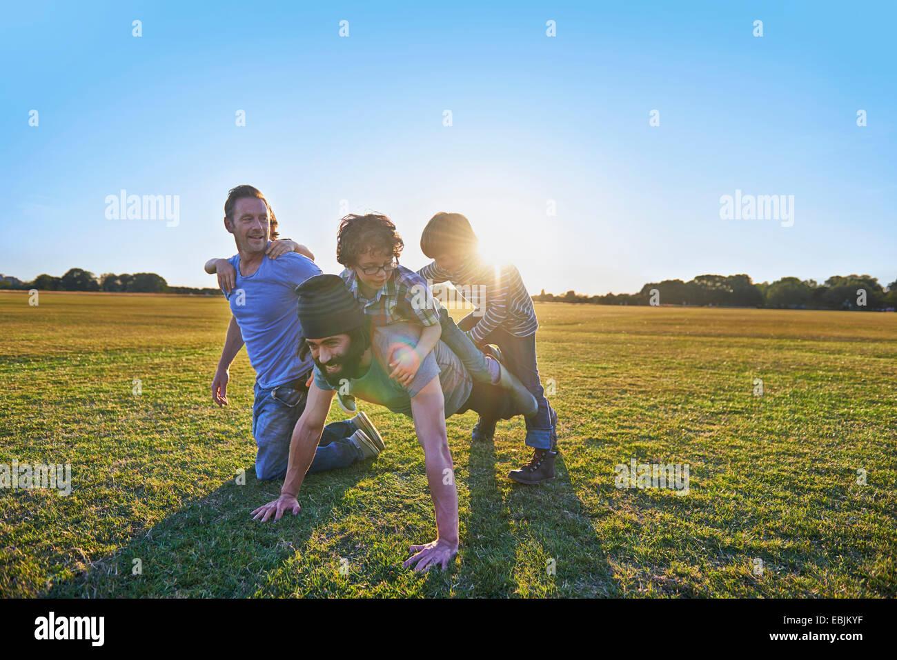 Famiglia godendo di attività all'aperto nel parco Immagini Stock