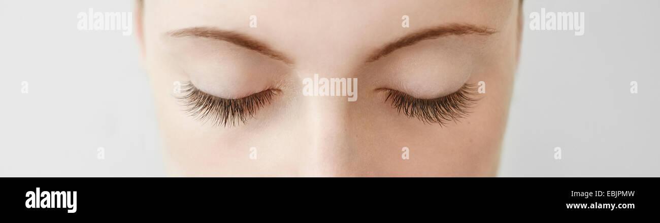 Panoramica vicino fino dalla metà di adulto womans occhi chiusi Immagini Stock