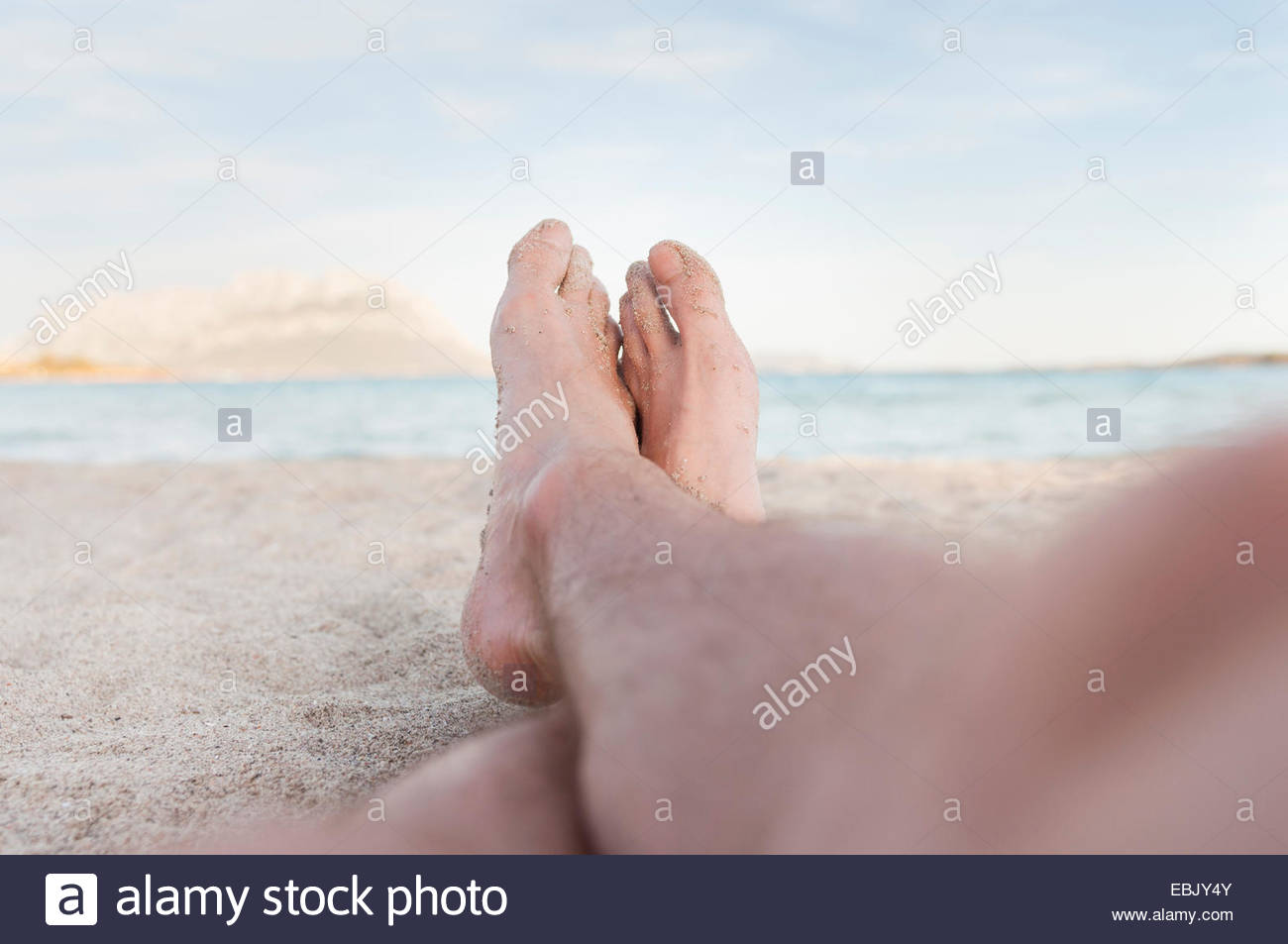 Persona rilassarsi sulla spiaggia, Sardegna, Italia Immagini Stock