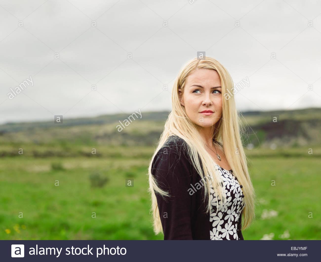Metà donna adulta che guarda lontano, in ambiente rurale Immagini Stock