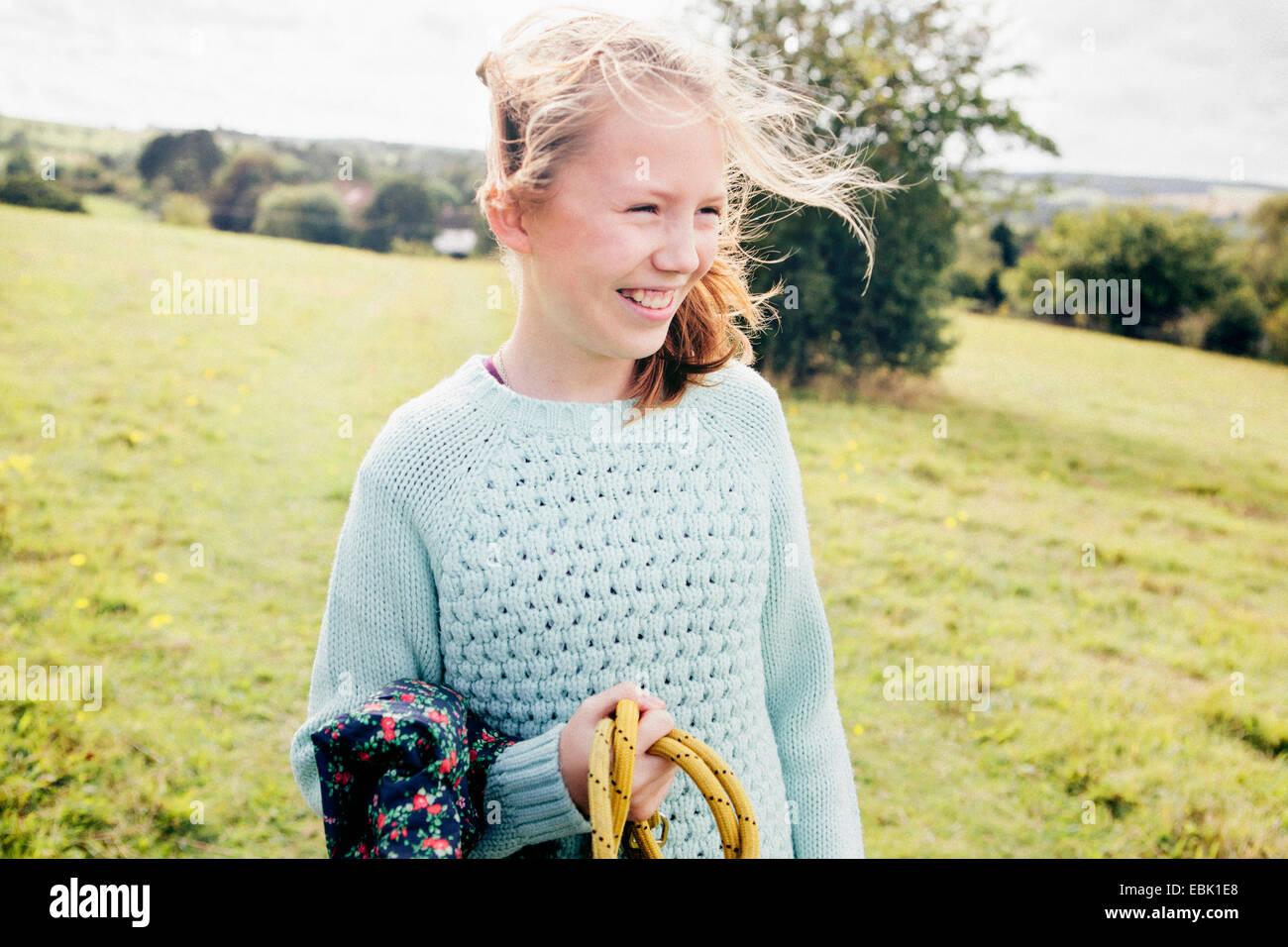 Ragazza nel campo, sorridente Foto Stock