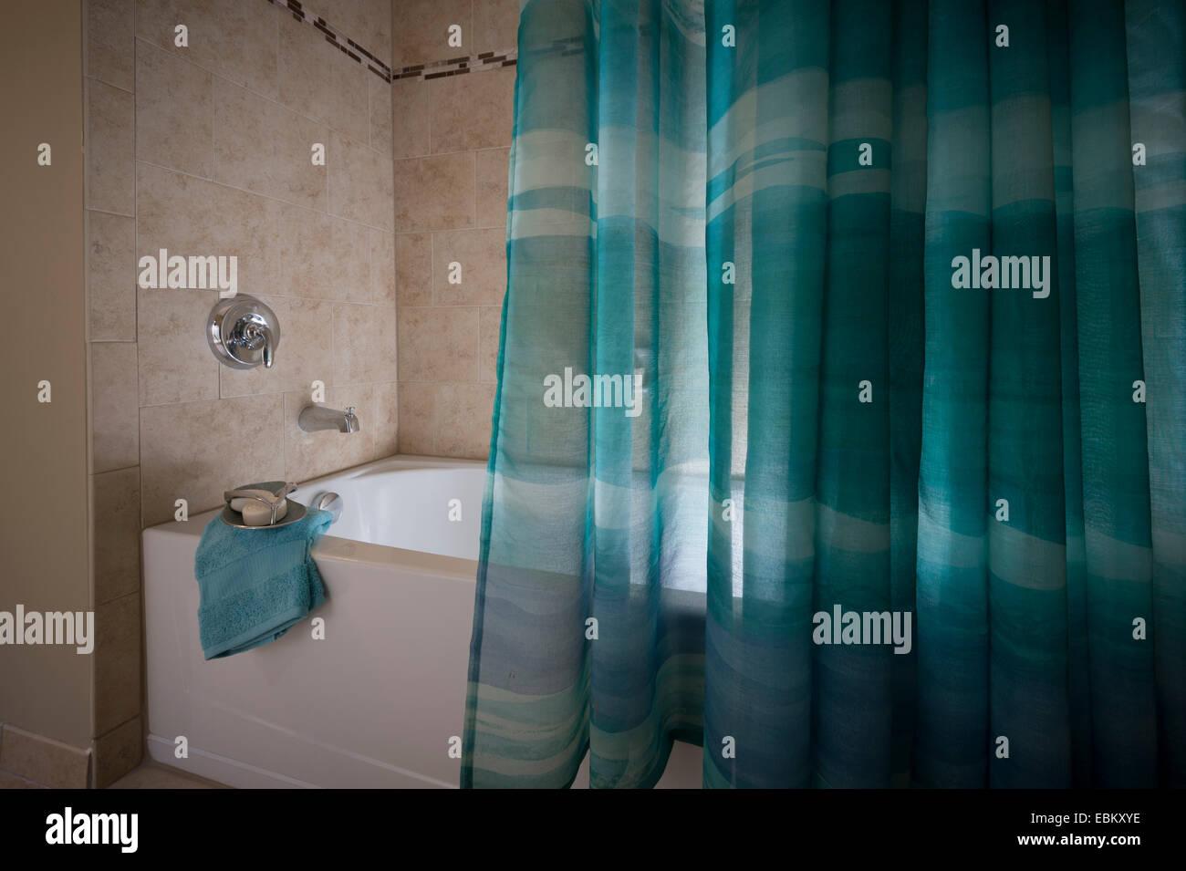 Tende Doccia Per Vasca Da Bagno : Stanza da bagno con vasca e tenda per doccia foto & immagine stock