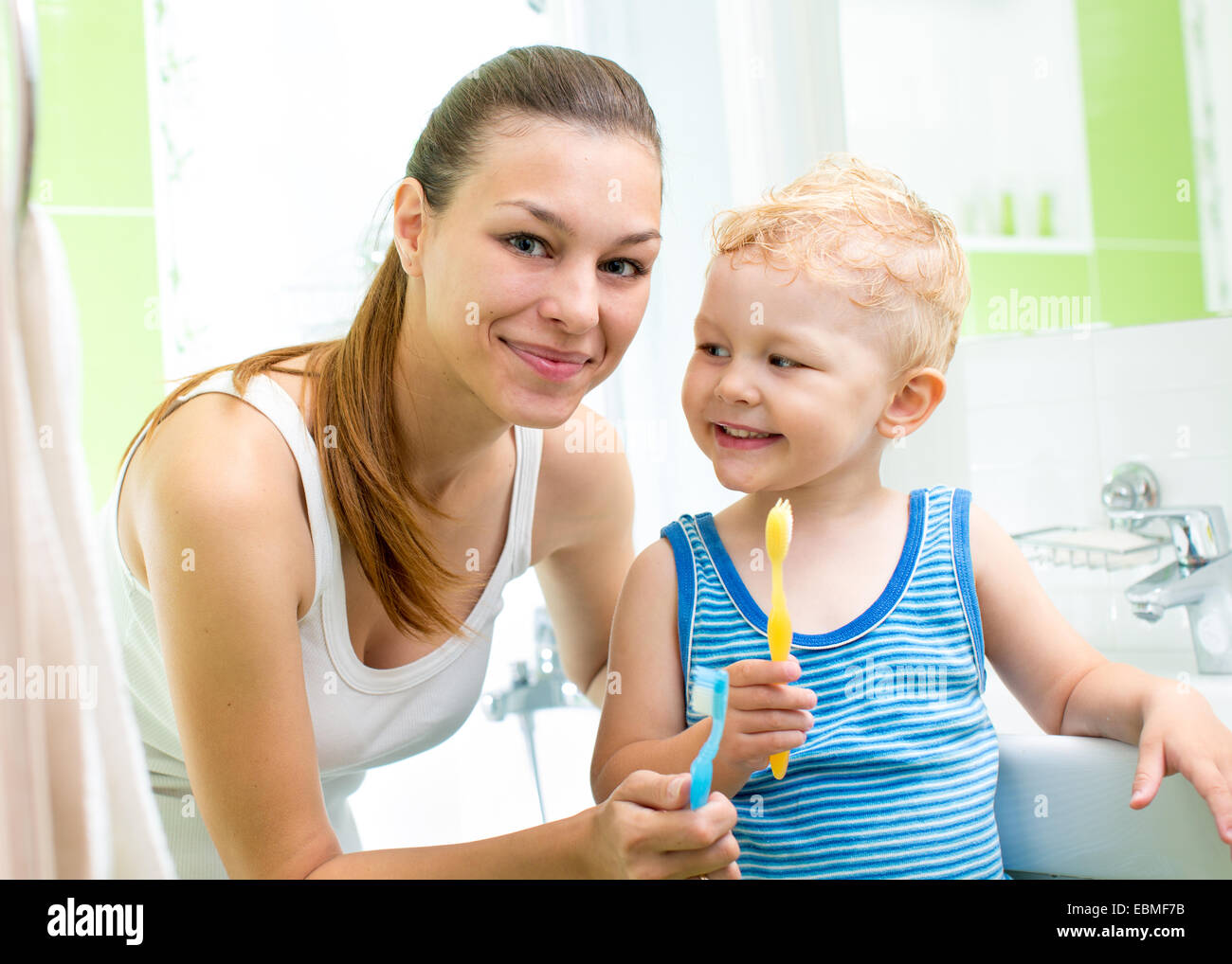 Madre con bambino ragazzo spazzolatura dei denti Immagini Stock