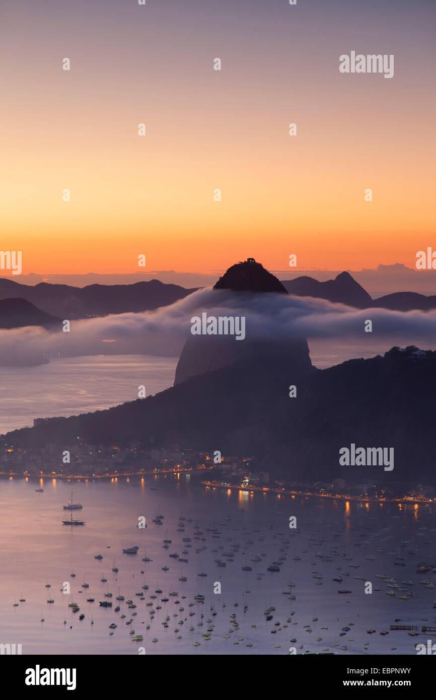 Sugarloaf Mountain (Pao de Acucar) all'alba, Rio de Janeiro, Brasile, Sud America Immagini Stock