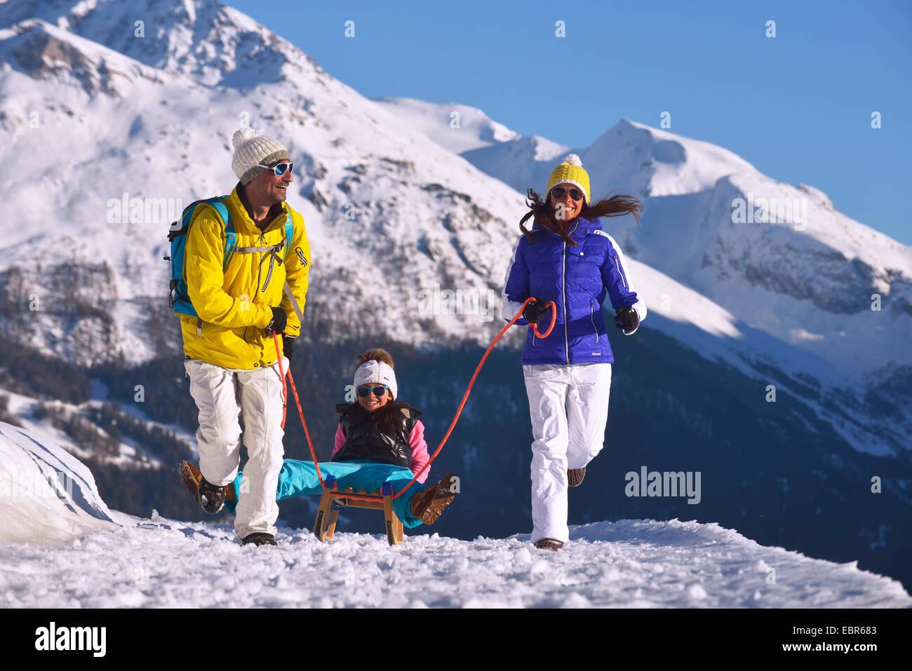 Il padre e la madre tirando la loro figlia sul toboga, Francia Immagini Stock