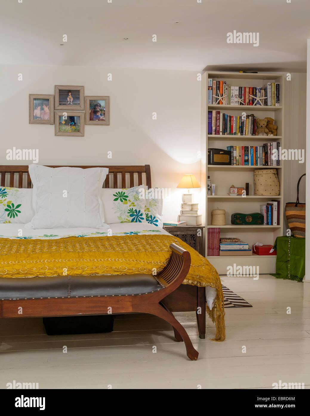 Camera da letto con seta gialla cover letto e della libreria Foto ...