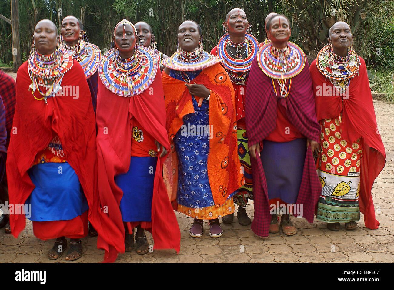 Massai gruppo con abbigliamento tradizionale, Kenia Masai Mara Immagini Stock