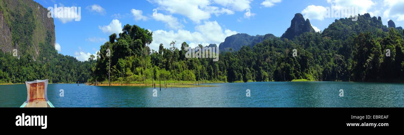 Lago di storage con barca, Thailandia, Khao Sok National Park Immagini Stock
