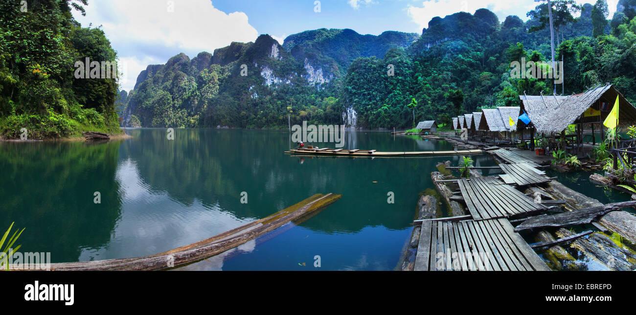 Lago di storage con la barca e case di pescatori , della Thailandia, Khao Sok National Park Immagini Stock