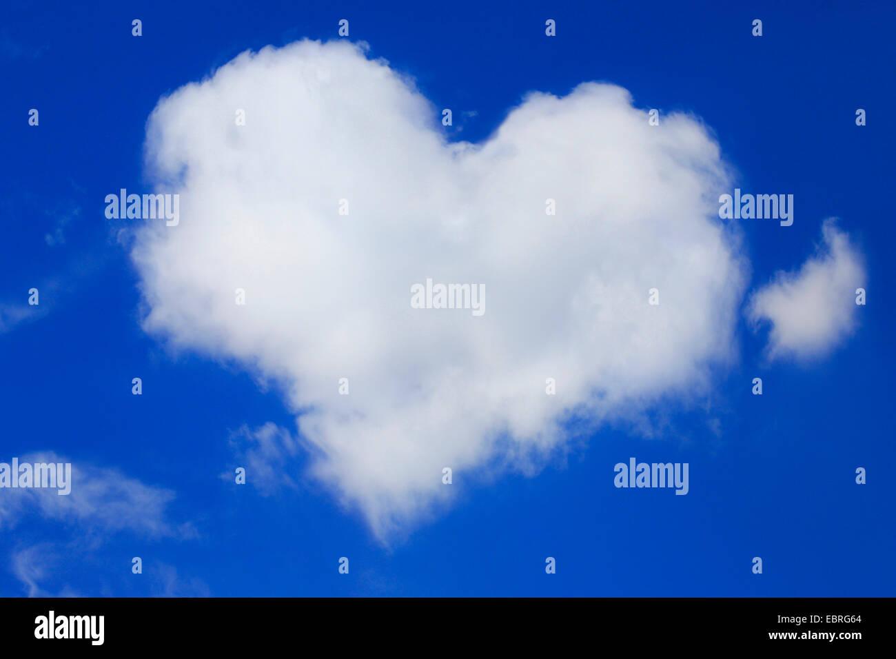 A forma di cuore ad cloud con il blu del cielo Immagini Stock