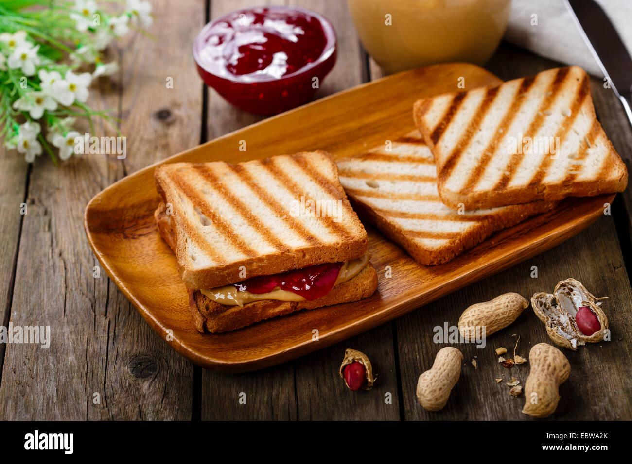 Sandwich al burro di arachidi con marmellata Immagini Stock