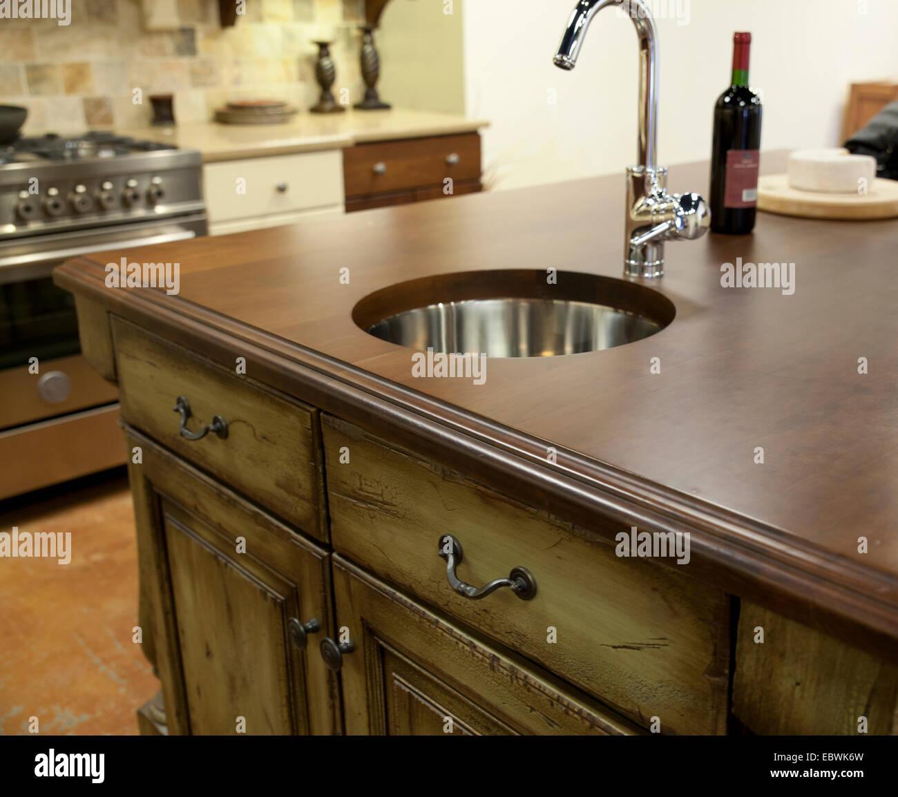 Addolorato mobili da cucina, bancone in legno con moderne in acciaio ...