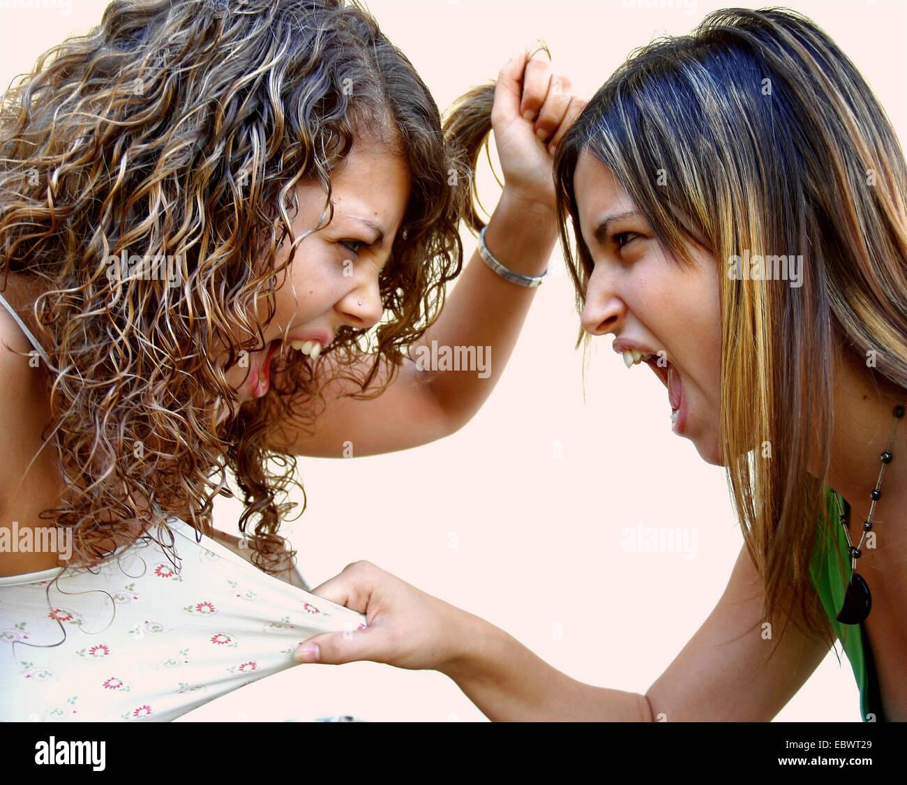 Due giovani donne faccia a faccia girare violento Immagini Stock
