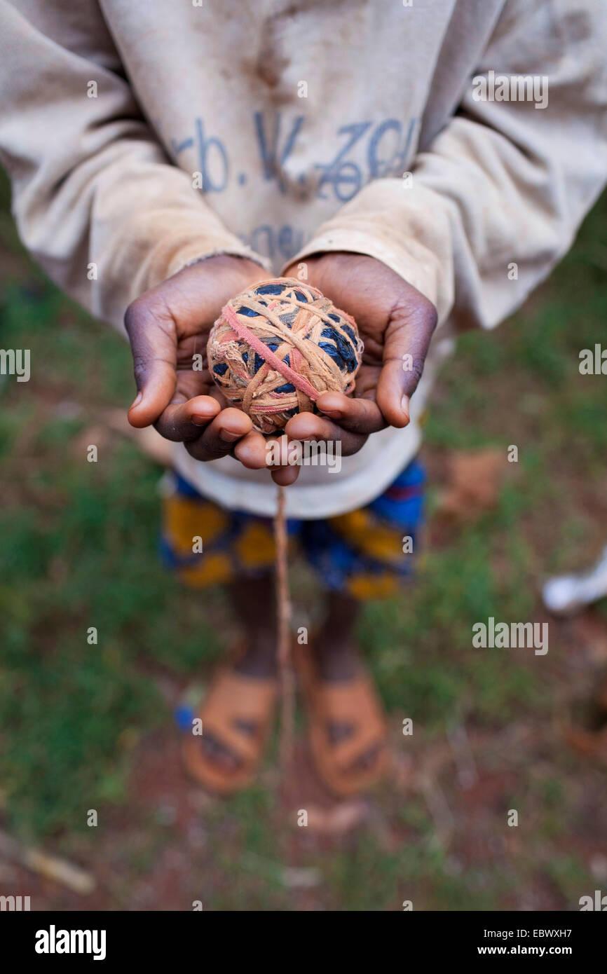 Ragazzo che mostra self-made ball, Burundi, Karuzi, Buhiga Immagini Stock