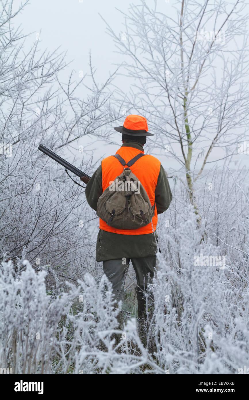 Retro di un cacciatore in abbigliamento protettivo , Germania Foto Stock