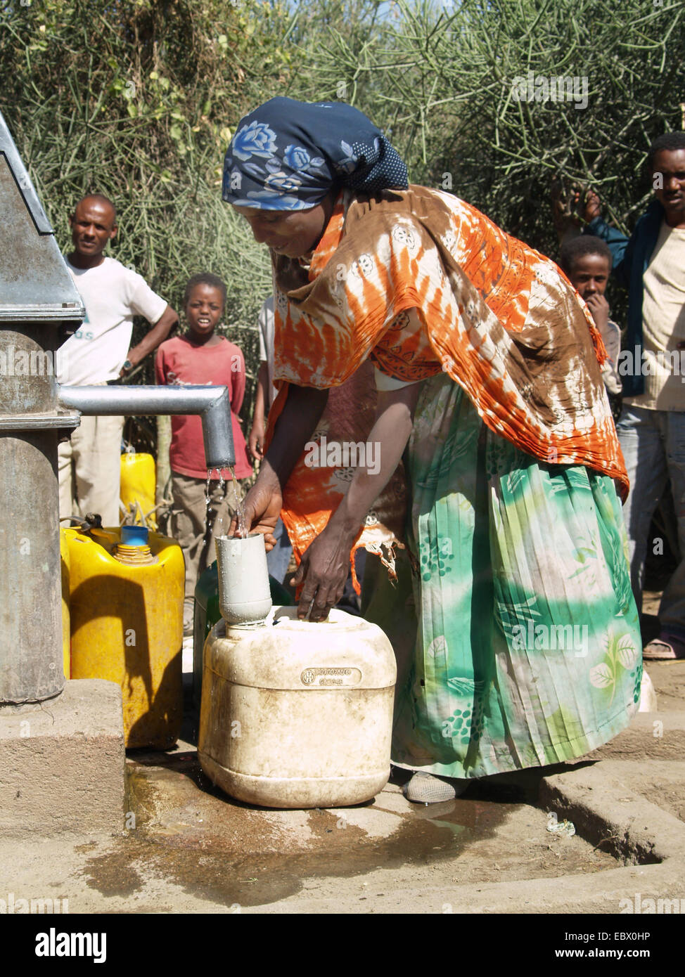 Per ottenere acqua ad una molla in un villaggio in Uganda, Uganda Immagini Stock