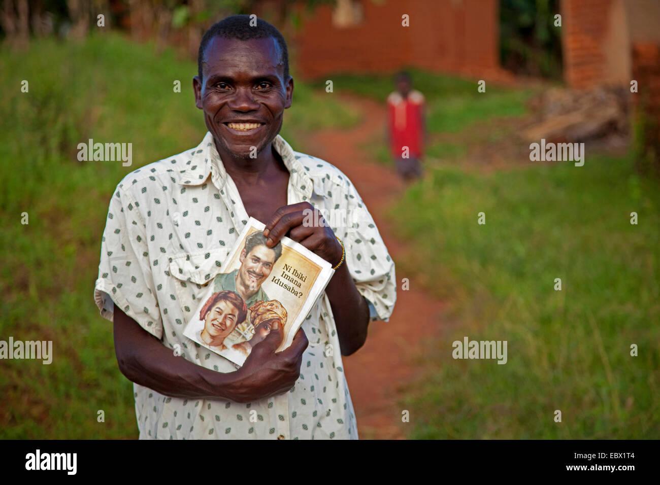 Uomo che mostra un libro religioso, Burundi, Makamba, Makamba Immagini Stock
