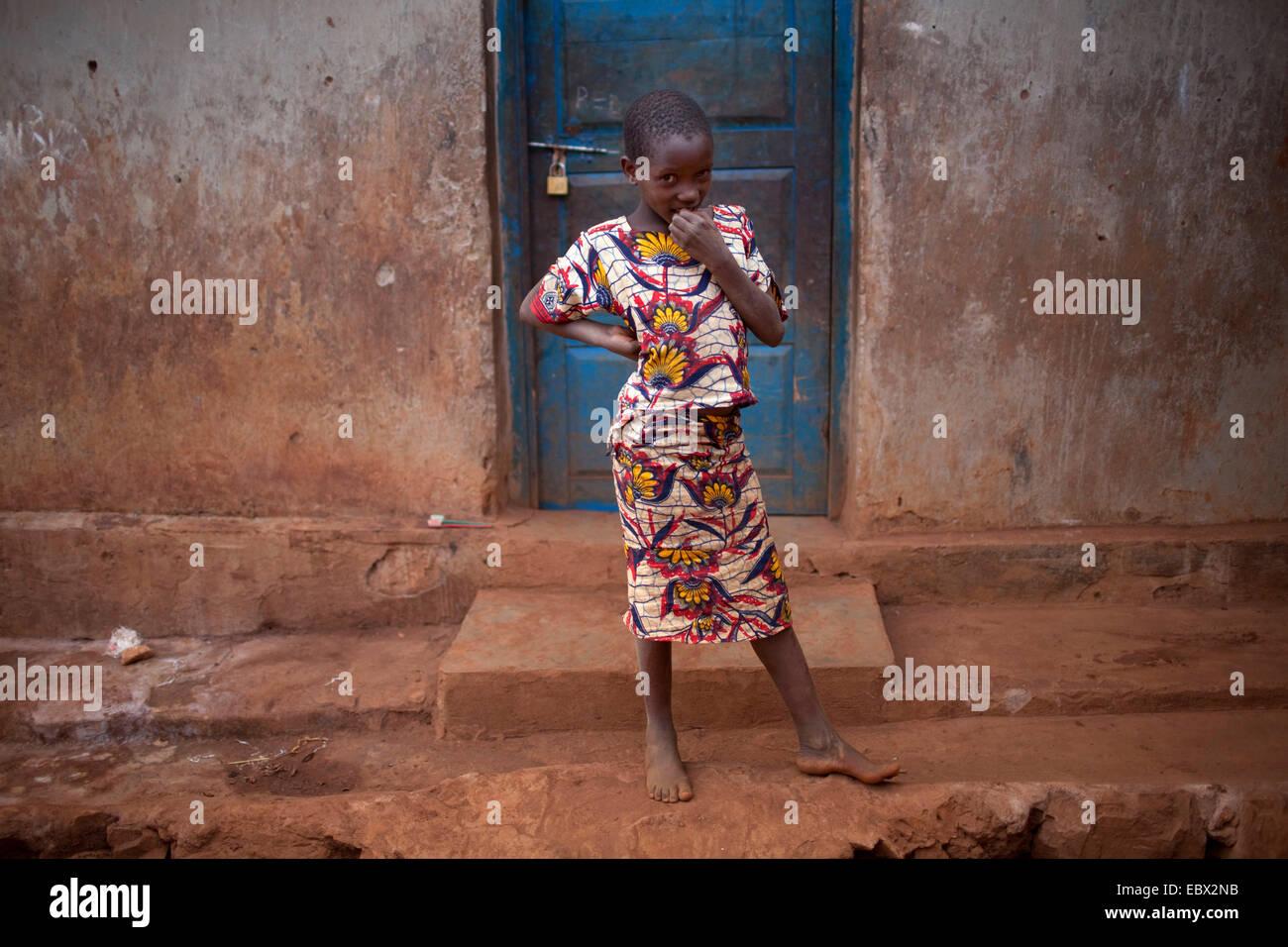 Bambina in piedi all'ingresso della casa di fango, Burundi, Karuzi, Buhiga Immagini Stock