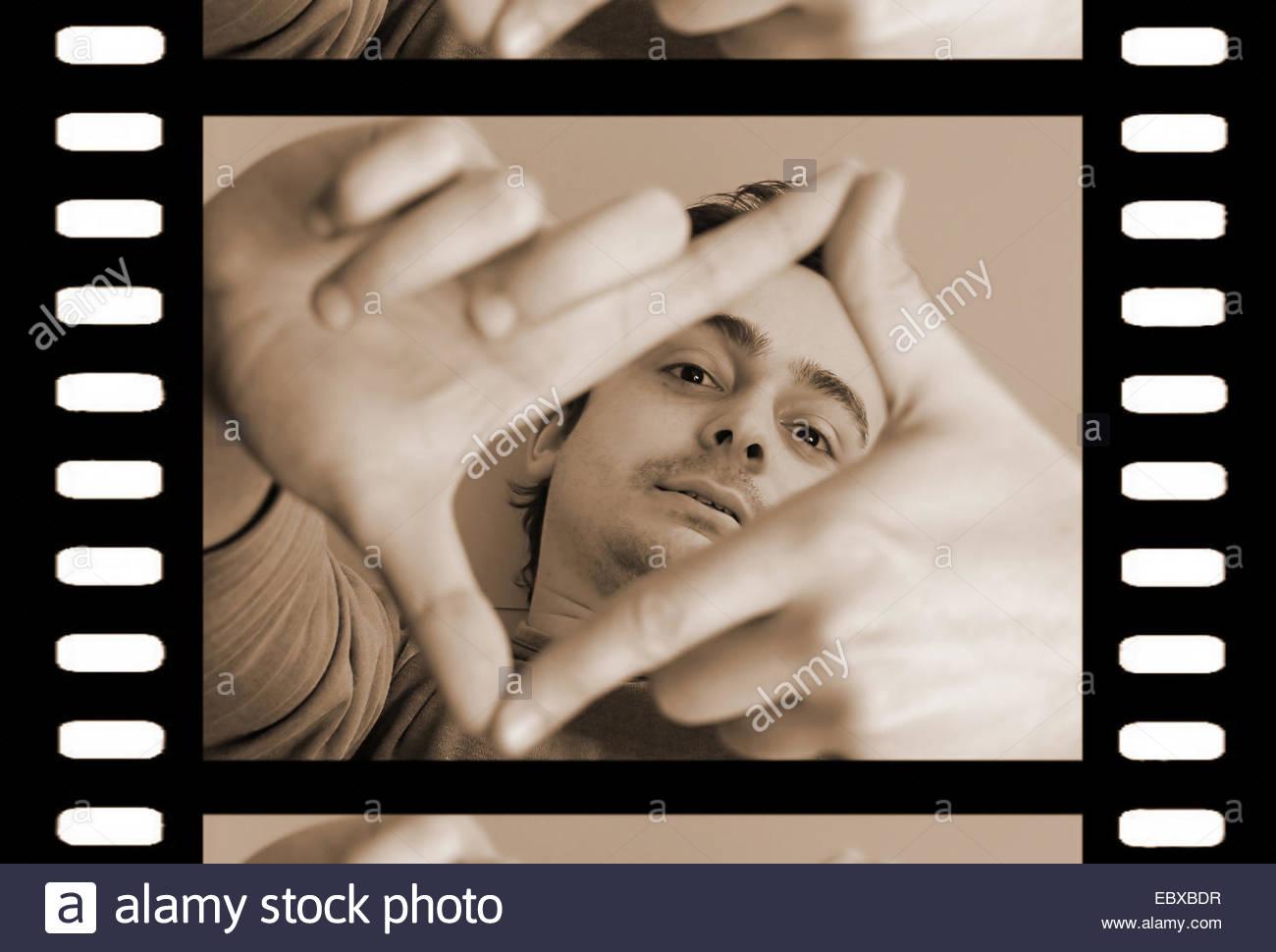 L'uomo formando un rettangolo con le sue dita Immagini Stock