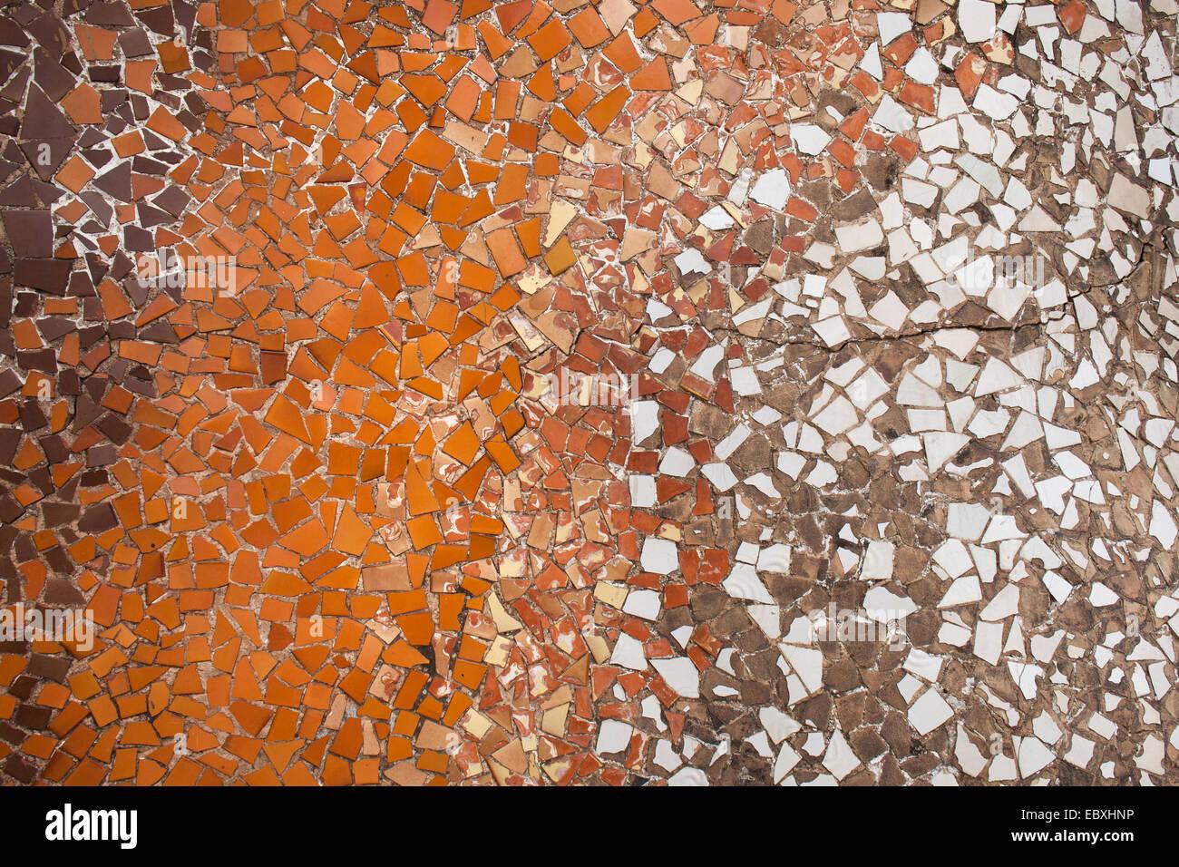 Mosaico trencadis sfondo o texture da pezzi rotti di piastrelle di